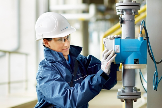 Picture of Endress+Hauser employee installing a Coriolis at a customer's plant